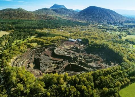 http://www.auvergne-volcan.com/wp-content/uploads/2018/04/Olivier-Grunewald-vue-volcan-lemptegy-puy-gouttes.jpg